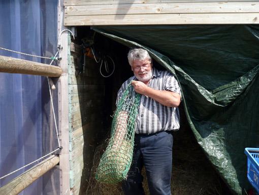 Rainer beim Netze stopfen