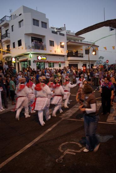 Die Tänzer begleiten die Statuen durch die Strassen