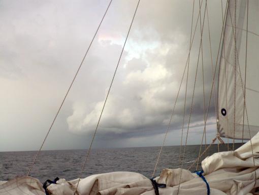 Ein Squall kommt auf zu! Wie man sieht mit viel Regen.